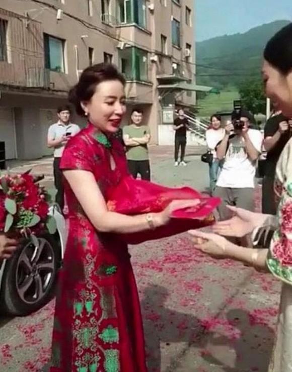 Dân mạng xôn xao hình ảnh mẹ chồng đẹp lấn át con dâu trong ngày cưới-1