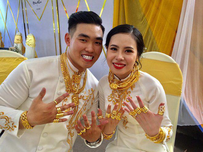 Cô dâu Sóc Trăng đeo vàng kín 2 tay, cổ trĩu nặng nhìn là thấy khó thở-3