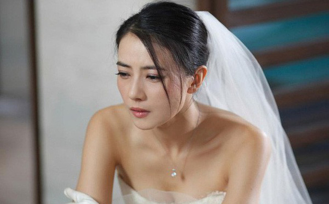 Đang dắt tay chú rể tiến vào lễ đường, cô dâu hóa đá khi nhìn thấy ảnh cưới trước cổng-1