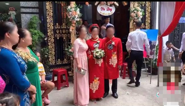 Màn rước dâu hiếm có: Mẹ chồng dắt tay con dâu đi thẳng sang nhà hàng xóm đối diện làm ai nhìn cũng thèm muốn-3