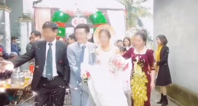 Chú rể nâng váy làm cô dâu hớ hênh, mẹ chồng hành động được chấm ngay điểm 10-1