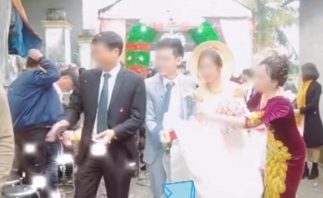 Chú rể nâng váy làm cô dâu hớ hênh, mẹ chồng hành động được chấm ngay điểm 10-2