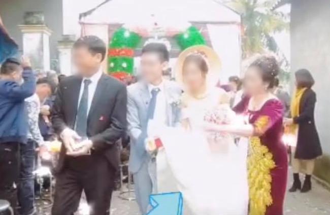 Chú rể nâng váy làm cô dâu hớ hênh, mẹ chồng hành động được chấm ngay điểm 10-3