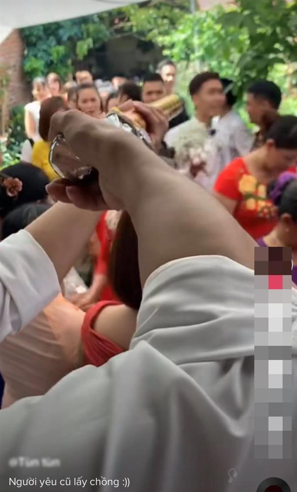 Hân hoan rước dâu vào nhà làm lễ thì điếng người với màn chào hỏi của người yêu cũ cô dâu-1