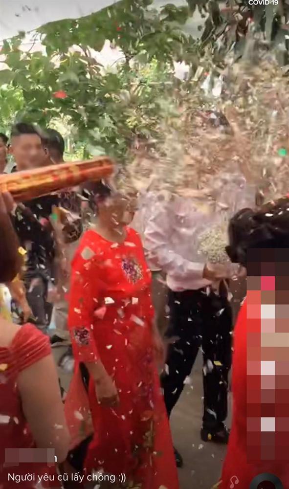 Hân hoan rước dâu vào nhà làm lễ thì điếng người với màn chào hỏi của người yêu cũ cô dâu-2