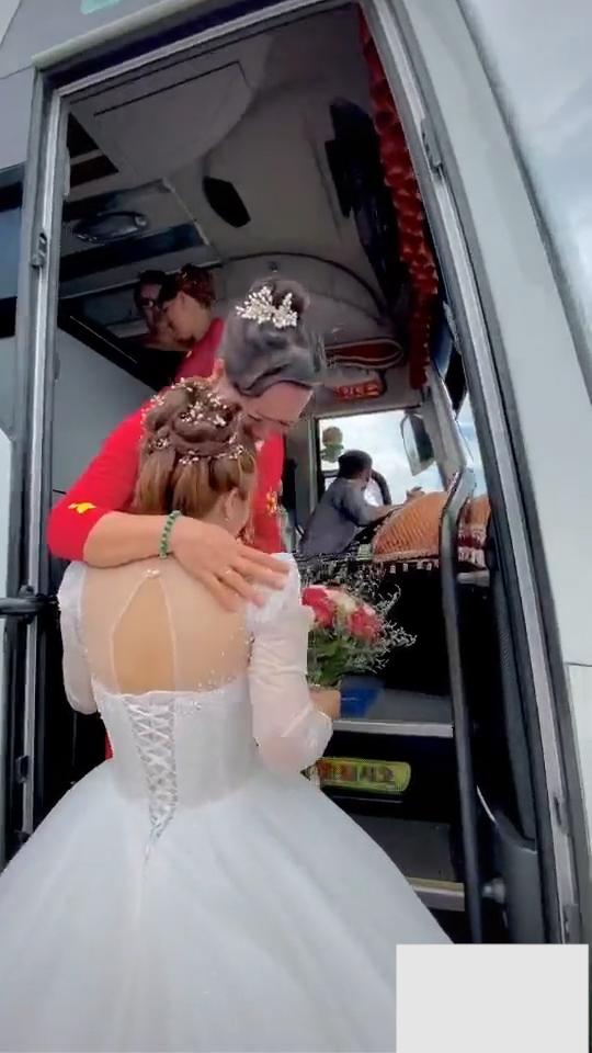 Lấy chồng xa, cô dâu ôm mẹ khóc nức nở khiến bao người xúc động-5