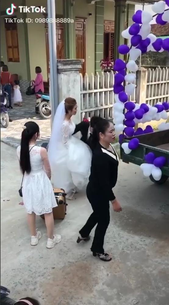 Đứng ngẩn người trước chiếc xe hoa bá đạo, cô dâu sau đó đổi sắc mặt nhờ một hành động bất ngờ của chú rể ở phút chót-1