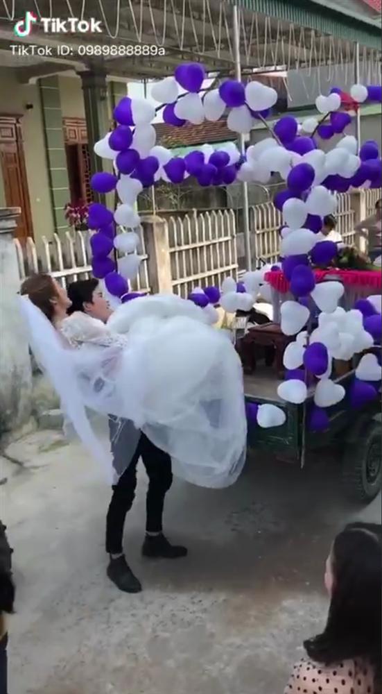 Đứng ngẩn người trước chiếc xe hoa bá đạo, cô dâu sau đó đổi sắc mặt nhờ một hành động bất ngờ của chú rể ở phút chót-2