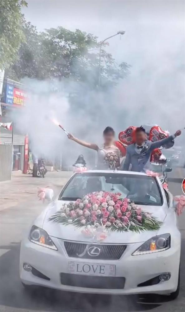 Cô dâu chú rể vui quá đà, thể hiện độ ngầu trên xe hoa bị dân mạng ném đá-1