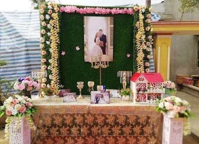 Đến dự đám cưới cặp đôi trẻ, khách mời ngẩn ngơ khi thấy bàn tiếp đón trang trí trông như... bàn thờ-1