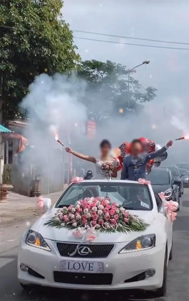 Cô dâu chú rể vui quá đà, thể hiện độ ngầu trên xe hoa bị dân mạng ném đá-2