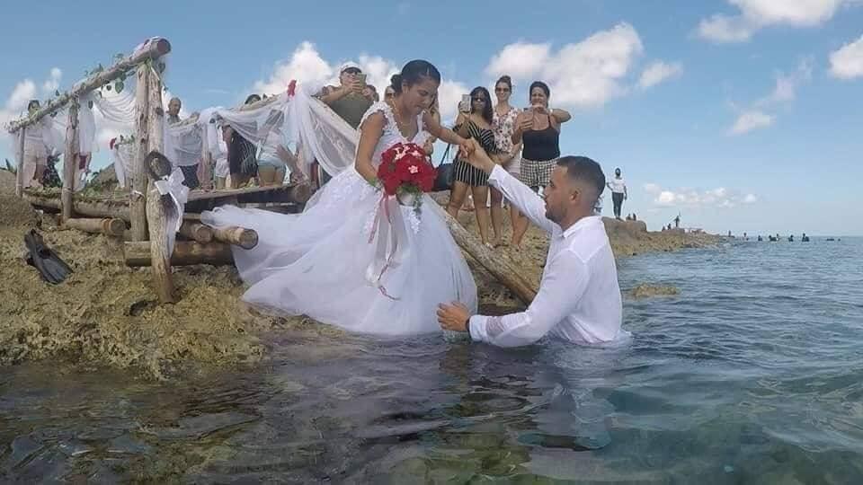 Đám cưới 1-0-2: Đáy biển thành lễ đường, cô dâu chú rể thề mãi yêu qua bình dưỡng khí-1