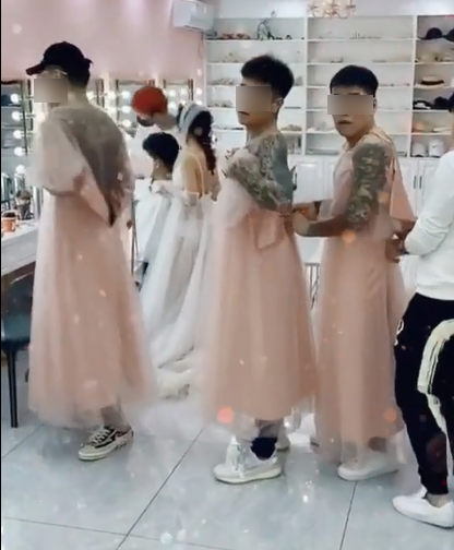 Xôn xao dàn phù dâu toàn đàn ông, mặc váy mà xăm trổ như vườn thú-1