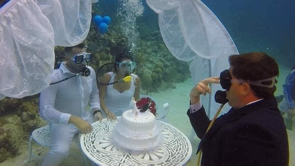 Đám cưới 1-0-2: Đáy biển thành lễ đường, cô dâu chú rể thề mãi yêu qua bình dưỡng khí-2