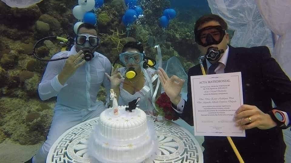 Đám cưới 1-0-2: Đáy biển thành lễ đường, cô dâu chú rể thề mãi yêu qua bình dưỡng khí-4