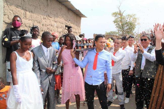 Đám cưới ở Châu Phi theo phong cách Việt Nam, nhìn dàn bê tráp mà mê-3