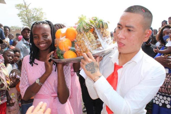 Đám cưới ở Châu Phi theo phong cách Việt Nam, nhìn dàn bê tráp mà mê-4