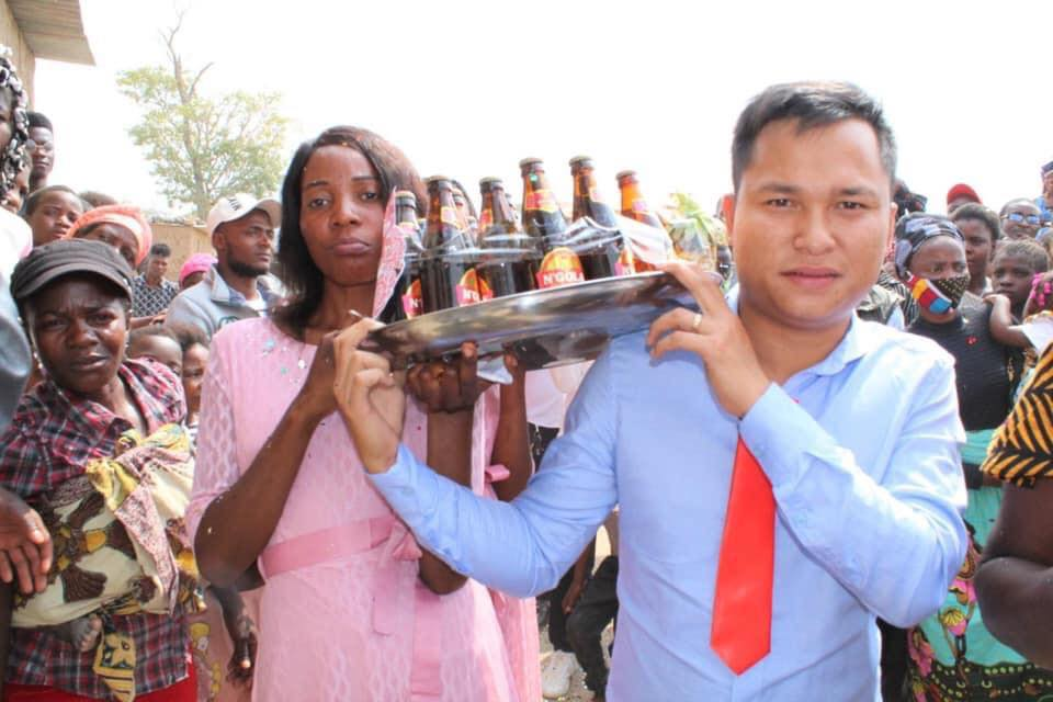 Đám cưới ở Châu Phi theo phong cách Việt Nam, nhìn dàn bê tráp mà mê-5
