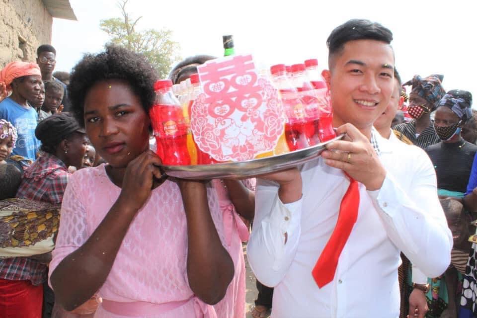 Đám cưới ở Châu Phi theo phong cách Việt Nam, nhìn dàn bê tráp mà mê-6