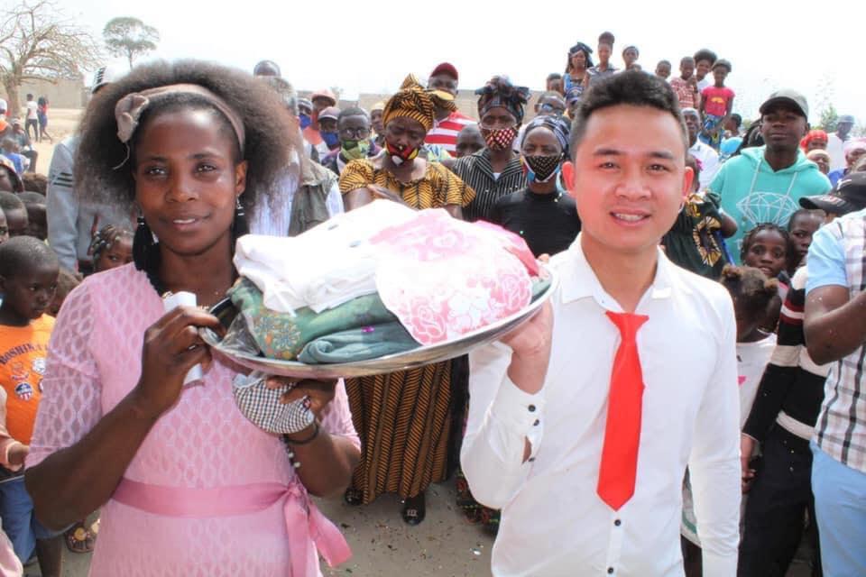 Đám cưới ở Châu Phi theo phong cách Việt Nam, nhìn dàn bê tráp mà mê-7