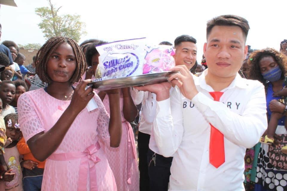 Đám cưới ở Châu Phi theo phong cách Việt Nam, nhìn dàn bê tráp mà mê-8