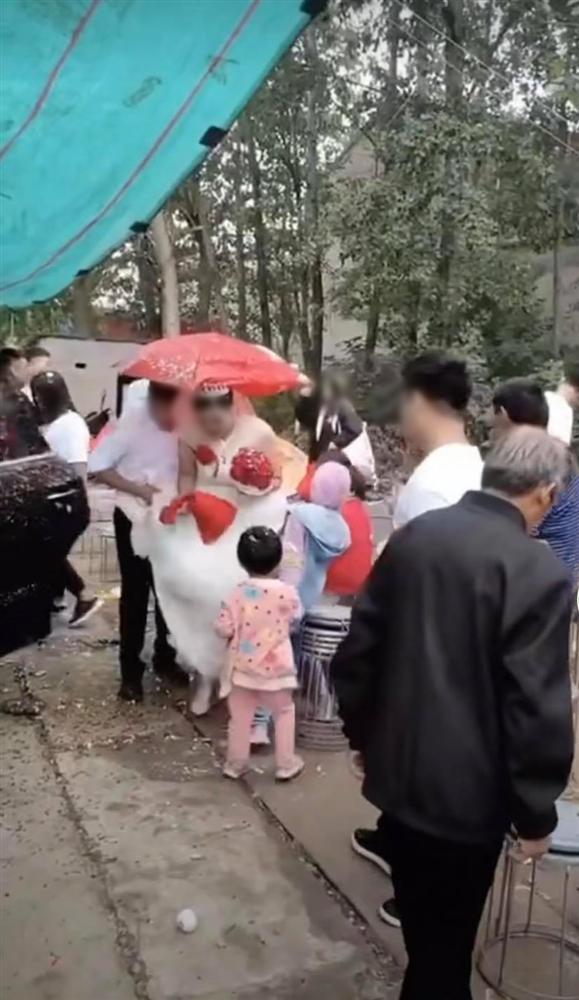 Trò nghịch dại có 1-0-2 của bạn chú rể khiến cô dâu phải nhảy xếch trong ngày cưới-1