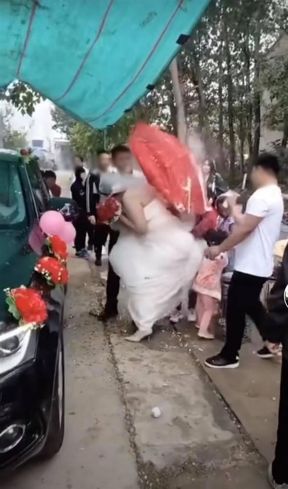 Trò nghịch dại có 1-0-2 của bạn chú rể khiến cô dâu phải nhảy xếch trong ngày cưới-3