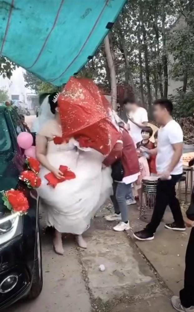 Trò nghịch dại có 1-0-2 của bạn chú rể khiến cô dâu phải nhảy xếch trong ngày cưới-4