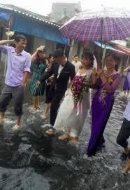 Số đen cưới đúng ngày mưa, quan khách vẫn nhiệt tình lội bì bõm ăn cỗ-4