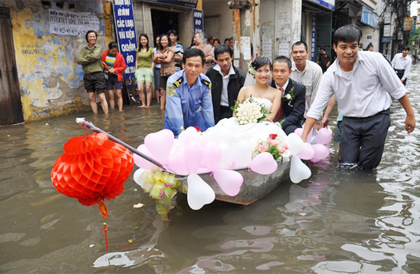 Số đen cưới đúng ngày mưa, quan khách vẫn nhiệt tình lội bì bõm ăn cỗ-5