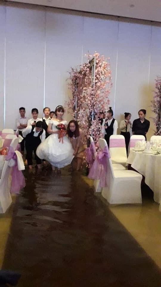 Số đen cưới đúng ngày mưa, quan khách vẫn nhiệt tình lội bì bõm ăn cỗ-6