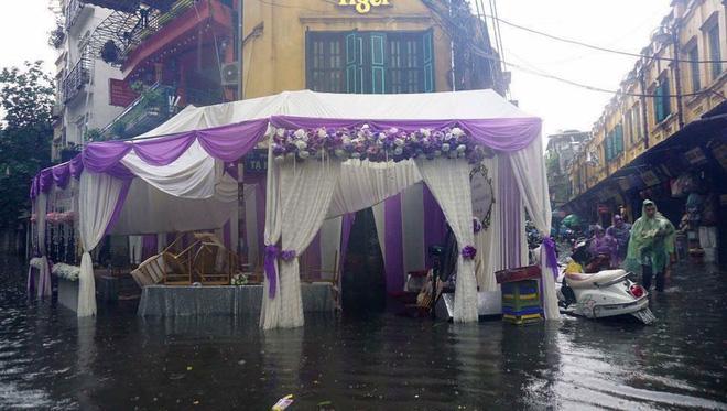 Số đen cưới đúng ngày mưa, quan khách vẫn nhiệt tình lội bì bõm ăn cỗ-8