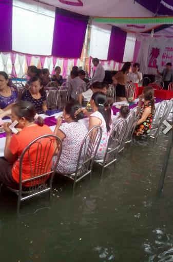 Số đen cưới đúng ngày mưa, quan khách vẫn nhiệt tình lội bì bõm ăn cỗ-9