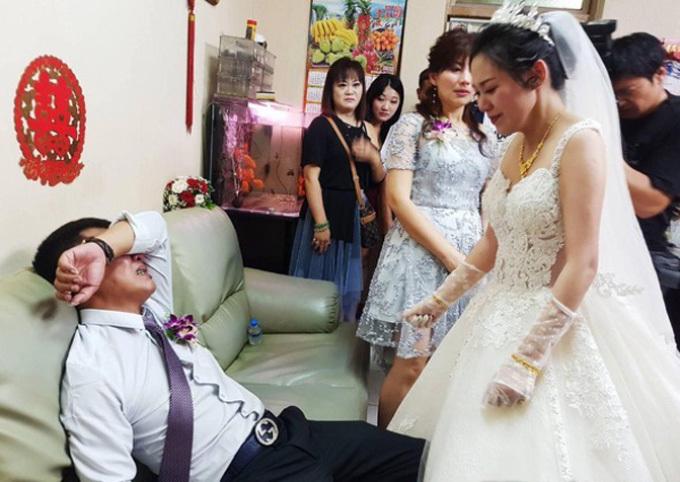 Cưới con gái, bố ôm mặt khóc như mưa nhưng thái độ của cô dâu khiến dân mạng tranh cãi-3