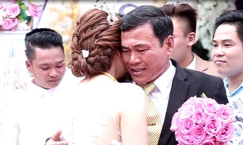 Cưới con gái, bố ôm mặt khóc như mưa nhưng thái độ của cô dâu khiến dân mạng tranh cãi-5