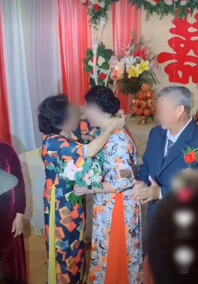 Màn trao vàng có 1-0-2 trong đám cưới khiến quan khách vỗ tay rần rần-2