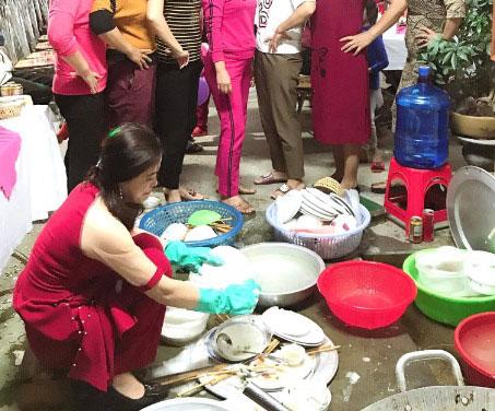 Xôn xao clip cô dâu ngồi rửa cả đống bát, cả họ chỉ trỏ rửa sạch vào, không sạch rửa lại-1