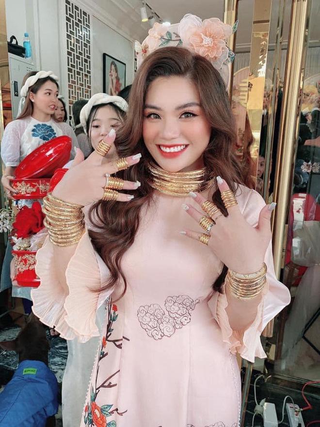 Choáng váng cô dâu trẻ vàng đeo trĩu cổ, tiền mừng cưới tính bằng quyển-1