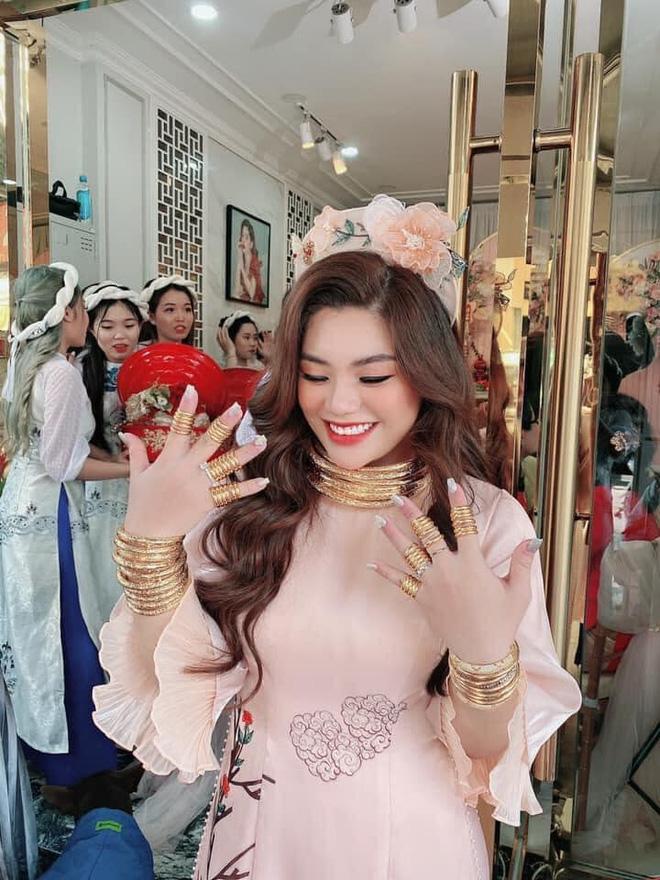 Choáng váng cô dâu trẻ vàng đeo trĩu cổ, tiền mừng cưới tính bằng quyển-4