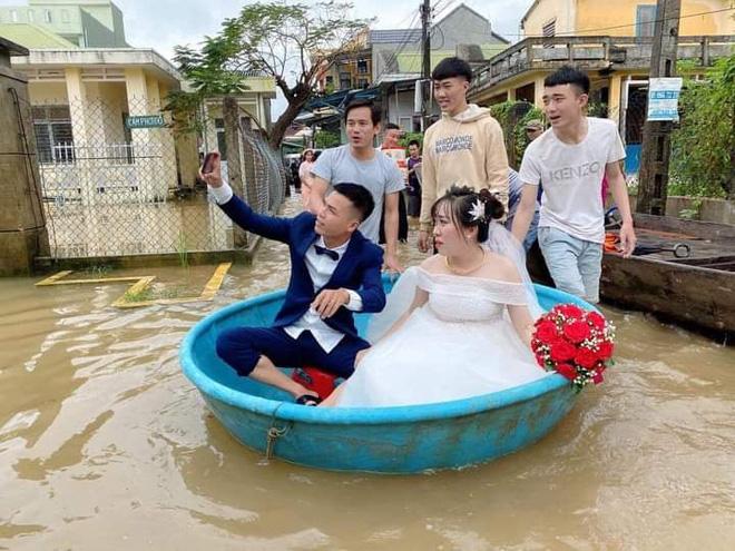 Đám cưới đúng ngày lũ, cô dâu chú rể ngồi thuyền thúng, quan viên 2 họ vén quần lội-2