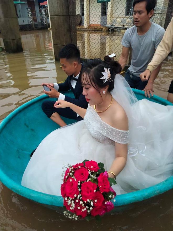 Đám cưới đúng ngày lũ, cô dâu chú rể ngồi thuyền thúng, quan viên 2 họ vén quần lội-3