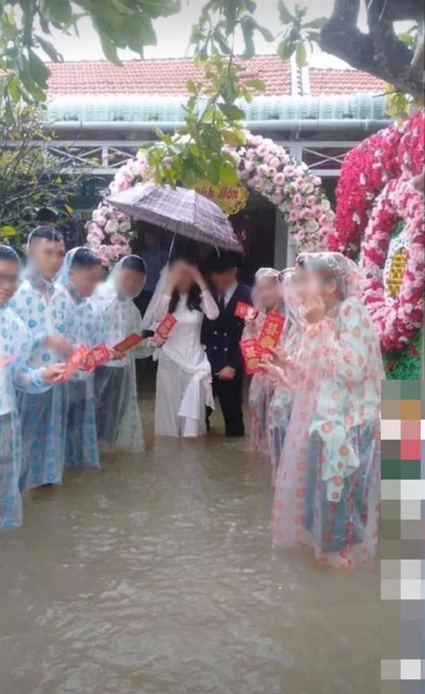 Đám cưới đúng ngày lũ, cô dâu chú rể ngồi thuyền thúng, quan viên 2 họ vén quần lội-7