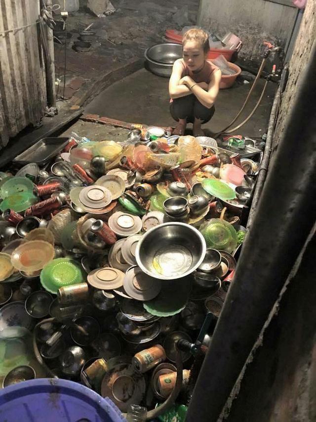 Xôn xao clip cô dâu ngồi rửa cả đống bát, cả họ chỉ trỏ rửa sạch vào, không sạch rửa lại-6