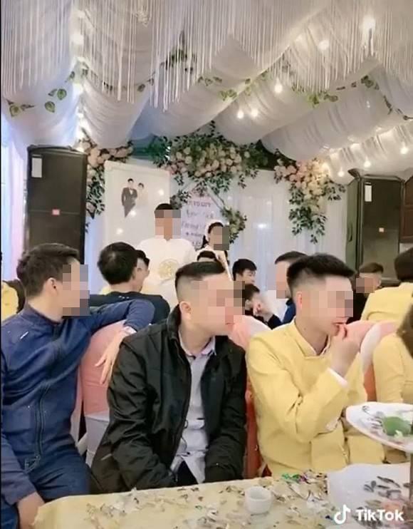 Đi làm ăn xa 4 năm, chàng trai nước mắt lưng tròng nhìn người yêu đi lấy chồng-2