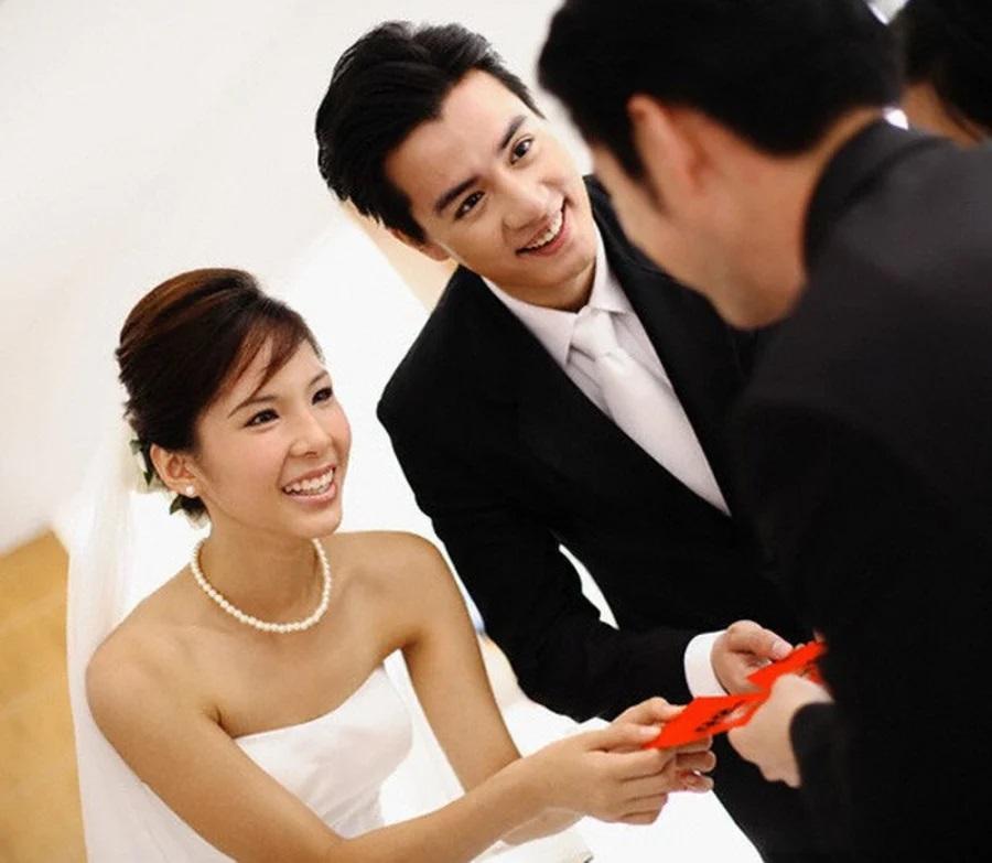 Không đi ăn cưới và gửi tiền mừng bị bạn cô dâu mắng: Sống như em chó nó lấy-1