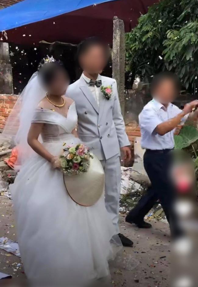Clip: Cô dâu chú rể cầu xin bạn bè tha mạng vẫn bị bắn pháo hoa tới tấp vào mặt-1