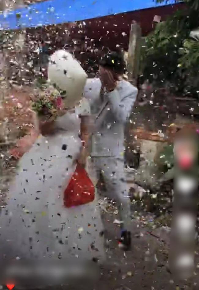 Clip: Cô dâu chú rể cầu xin bạn bè tha mạng vẫn bị bắn pháo hoa tới tấp vào mặt-2