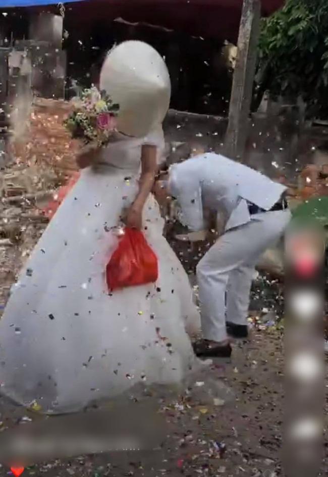 Clip: Cô dâu chú rể cầu xin bạn bè tha mạng vẫn bị bắn pháo hoa tới tấp vào mặt-4