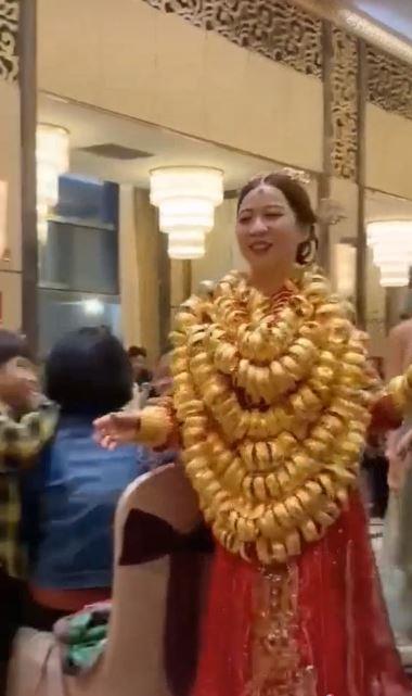 Clip: Choáng với cô dâu gồng mình đeo vàng nặng trĩu, nhìn là muốn cưới ngay-1