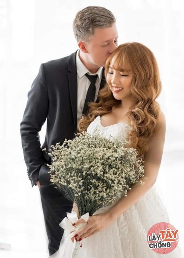Lên mạng thả thính, cô gái Việt câu được chồng Đức, ngày cưới thông gia ôm nhau khóc-1